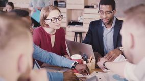 Möte för kontor för manligt framstickande för afrikansk amerikan ledande multietniskt Det unga lyckade affärsfolket samarbetar, i stock video