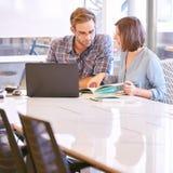 Möte mellan affärsmannen och affärskvinnan tidigt på morgonen Arkivfoton