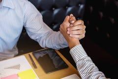 Möte- och hälsningbegrepp, säker handskakning a för affär två Royaltyfria Bilder