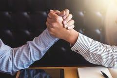 Möte- och hälsningbegrepp, säker handskakning a för affär två Arkivbild