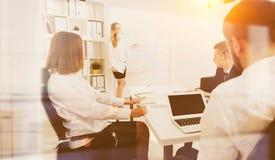 Möte och presentation på kontoret arkivfoton