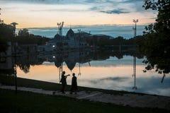Möte på en sjö i en solnedgång royaltyfri foto