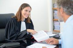 Möte på kontoret för advokat` s arkivfoto