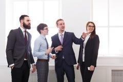 Möteaffärsfolk, diskussion företags framgång Schacket figurerar bishops white för kontor för livstid för bild för bakgrund 3d Royaltyfri Fotografi