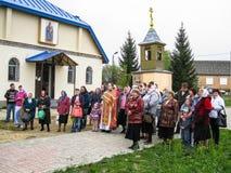 Möteförsamling av den ortodoxa kyrkan i den Kaluga regionen (Ryssland) med ortodoxa cyklist-kristen i 2014 arkivfoton