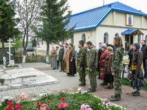 Möteförsamling av den ortodoxa kyrkan i den Kaluga regionen (Ryssland) med ortodoxa cyklist-kristen i 2014 royaltyfri bild
