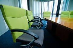 mötelokal och konferenstabell Royaltyfri Fotografi