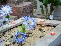 Mötesplats med det avlidet på kyrkogården Anda av det avlidet kom till mötet med en att bry sig släkting royaltyfri foto