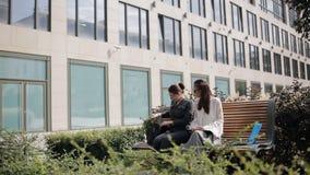 Mötet av två affärskvinnor near affärsmitten Möte och diskussion av affärskvinnorna för transaktion två stock video