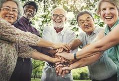 Mötet upp avslappnande kamratskap vilar pensionaryen parkerar begrepp Arkivbild