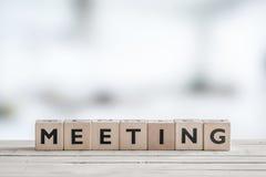 Mötetecken på ett kontorsskrivbord fotografering för bildbyråer