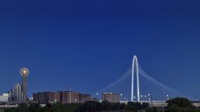 Mötetorn och Margaret Hunt Hill Bridge, Dallas Royaltyfri Bild