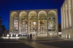 MÖTT - Metropolitan Opera på Lincoln Center i Manhattan MANHATTAN - NEW YORK - APRIL 1, 2017 royaltyfri foto