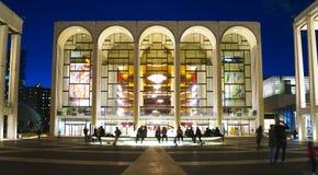 MÖTT - Metropolitan Opera på Lincoln Center i Manhattan MANHATTAN - NEW YORK - APRIL 1, 2017 fotografering för bildbyråer
