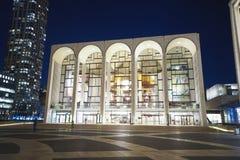 MÖTT - Metropolitan Opera på Lincoln Center i Manhattan MANHATTAN - NEW YORK - APRIL 1, 2017 arkivfoton