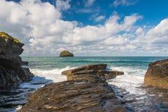 Möven-Felsen von Trebarwith-Strang, Nord-Cornwall stockfotografie
