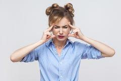 Mún concepto de las emociones y de las sensaciones Cabeza conmovedora fi de la mujer rubia Imagen de archivo libre de regalías