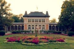 Mún Elster, Alemania 29 de agosto de 2018: El conjunto arquitectónico del centro turístico de mún Elster con un parque sombrío fotografía de archivo