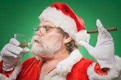 Mún Papá Noel con un Martini y un cigarro Fotografía de archivo libre de regalías