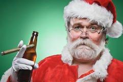 Mún Papá Noel con una cerveza y un cigarro Foto de archivo
