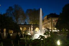 Mún parque del balneario de Kissinge en la noche Imagen de archivo libre de regalías