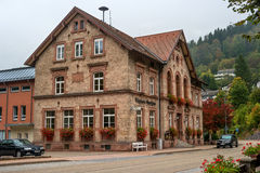 Mún Rippoldsau-Schapbach, Alemania - 12 de octubre de 2016: El edificio de la ciudad en un edificio viejo de la farmacia Imagen de archivo libre de regalías