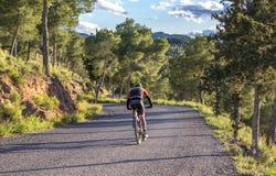 Múrcia, Espanha - 9 de abril de 2019: Pro ciclistas da estrada que resistem uma subida difícil da montanha em sua bicicleta fresc imagens de stock