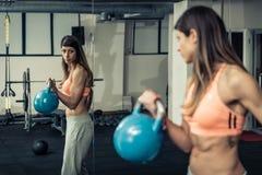 Músculo dos byceps do treinamento da mulher fotografia de stock