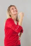 Músculo y concepto de la fuerza para la mujer rubia magnífica 20s Imágenes de archivo libres de regalías