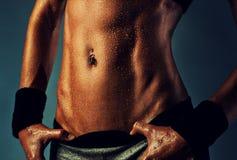 Músculos abdominales de la mujer atractiva Imagen de archivo