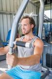 Músculos da caixa do treinamento da força do homem da aptidão do Gym fotos de stock