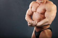 Músculos de gran alcance del pecho y de la mano del bodybuilder Fotografía de archivo libre de regalías