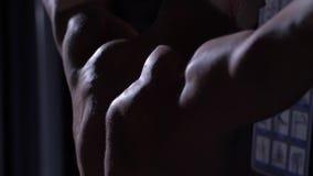 Músculos de un hombre fuerte almacen de metraje de vídeo