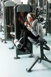 Músculos mayores del ABS del ejercicio de la mujer del centro de aptitud foto de archivo libre de regalías