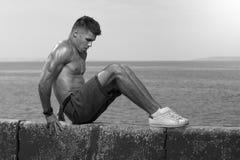 Músculos novos do núcleo do treinamento do homem forte imagens de stock royalty free