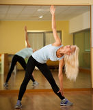 Músculos strerching de la mujer apta después del entrenamiento en gimnasio Fotografía de archivo