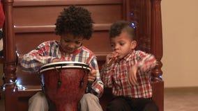 Música afro del juego de dos muchachos almacen de video