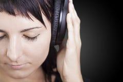 Música agradable. Mujer que disfruta de música. fotografía de archivo