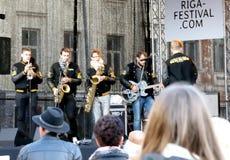Música ao vivo no 75th aniversário do festival de John Lennon em Riga Fotografia de Stock Royalty Free