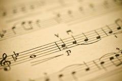 Música clássica - notas no papel amarelado do vintage foto de stock royalty free