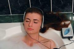 Música da audição da mulher Fotos de Stock Royalty Free