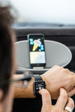 Música de Apple - un hombre está controlando la música adentro Fotos de archivo libres de regalías