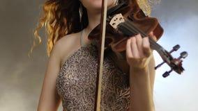 Música de cámara, fiddler de la muchacha en el vestido brillante que juega en el primer del violín-arco almacen de metraje de vídeo