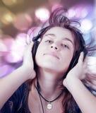 Música de danza adolescente joven activa de la mujer que escucha Foto de archivo libre de regalías