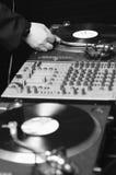 Música de DJ, jugador de registro de vinilo y resbalador de la tarjeta fotos de archivo libres de regalías