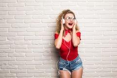 Música de escuta bonita da jovem mulher que toma o selfie com rede esperta do social da música do telefone Imagens de Stock Royalty Free