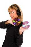 Música de escuta bonita da mulher nova nos auscultadores Fotos de Stock