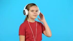 Música de escuta da criança lindo nos fones de ouvido filme
