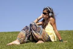 Música de escuta da criança nova Fotos de Stock