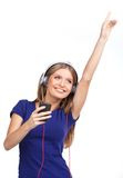 Música de escuta da jovem mulher alegre com auscultadores imagem de stock